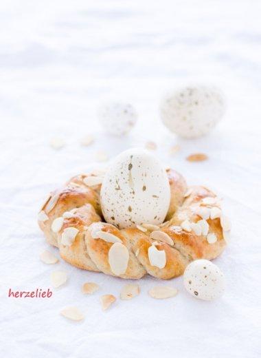 Zu Ostern oder zum Sonntagsfrühstück gibt es Osterkränze ohne Hefe als Eierbecher von herzelieb
