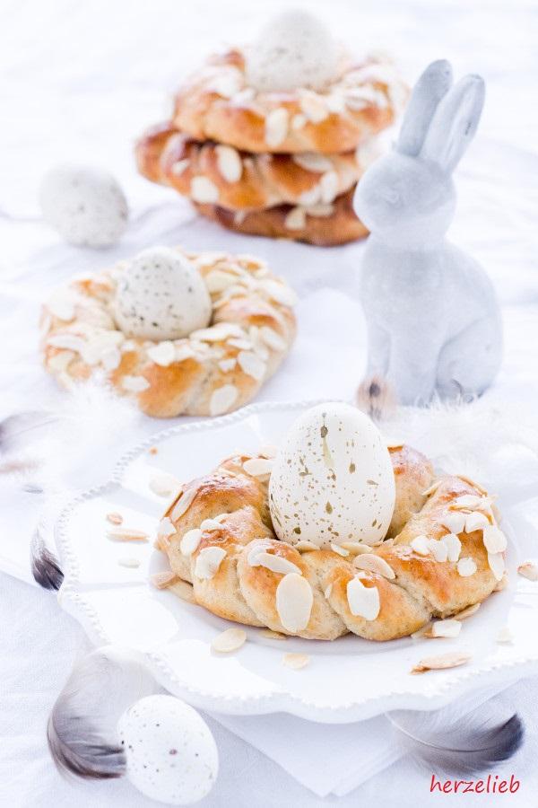 Osterkränze eierbecher mit Hasen und Federn