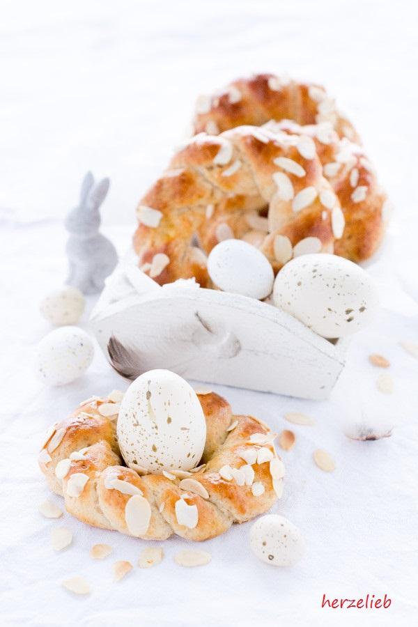 Osterkranz als Eierbecher in Körbchen mit Eiern, Hasen.