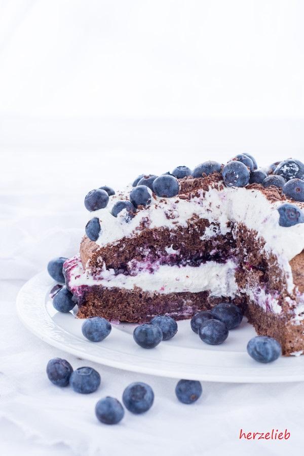 Leckere Roggenbrot-Torte - mit Heidelbeeren von herzelieb