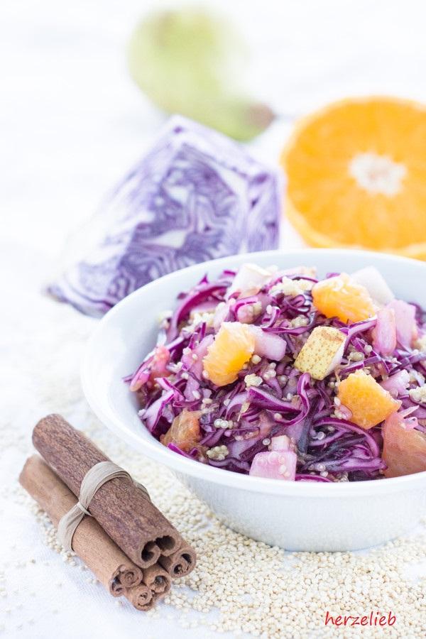 Ein Rezept für Rotkohlsalat mit Quinoa, Birne und Orange von herzelieb