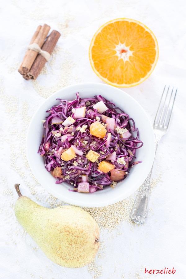 Rotkohlsalat wird durch Orange schön fruchtig - mit Birne einfach unschlagbar! Rezept von herzelieb