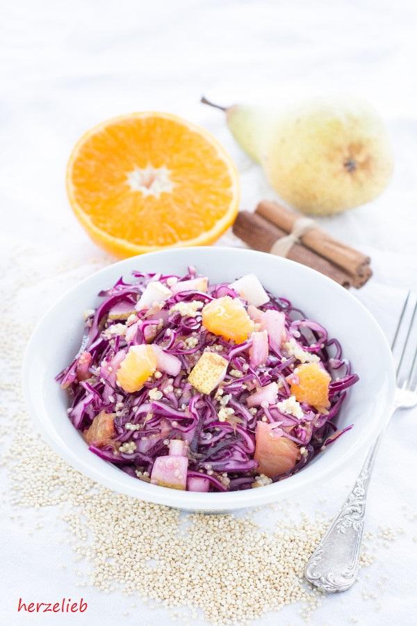 Rezept für einen leckeren Rotkohlsalat mit Quinoa und Birne von herzelieb
