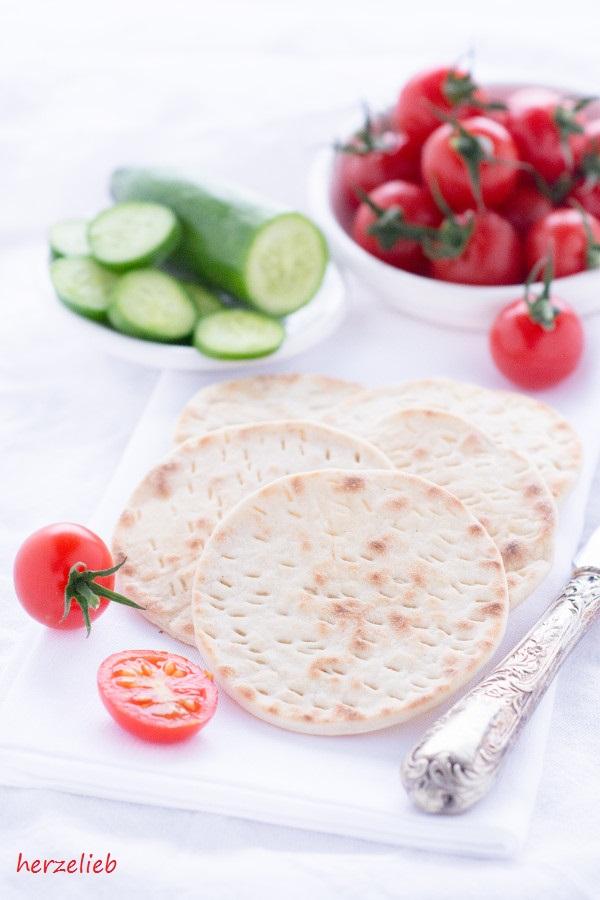 Tunnbröd aus Skandinavien mit Gurke und Tomaten