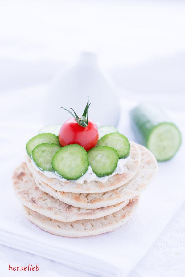 Tunnbröd aus Schweden - Stapel mit Tomate, Dip und Gurke