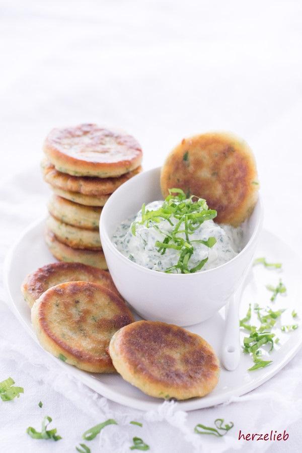 Leckerer Bärlauch-Dip mit Bärlauch-Pfannkuchen und kleingeschnittenem Bärlauch