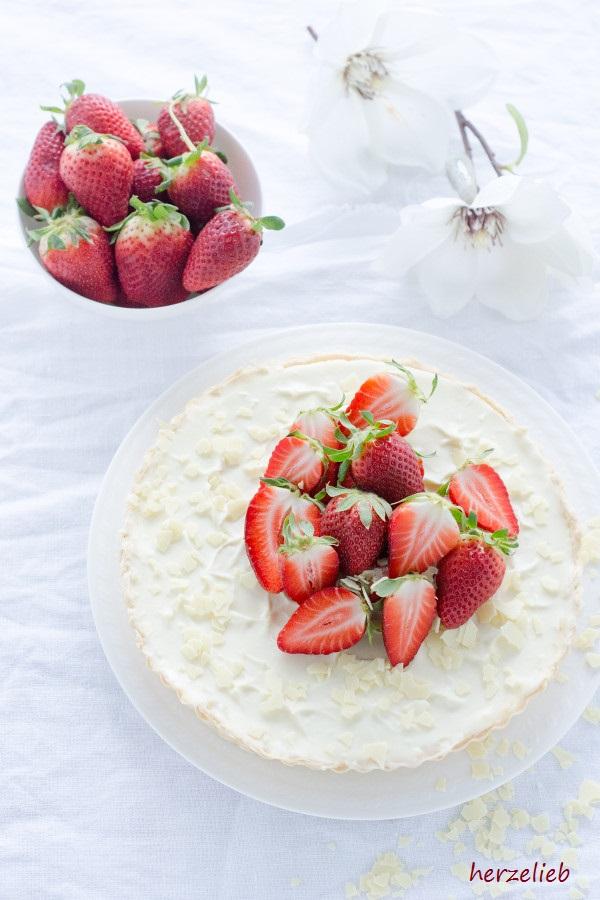 Frische Erdbeeren zur Tarte mit Mascarpone und weißter Schokolade