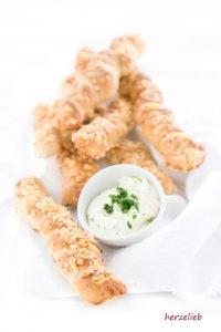 Diese Käse Brotstangen sind die ideale Beilage zum Grillen! Einfaches Rezept - auch zum Dip fantastisch!