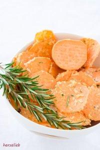 Die Süßkartoffeln gut in der Marinade wenden und dann den Parmesan unterheben.