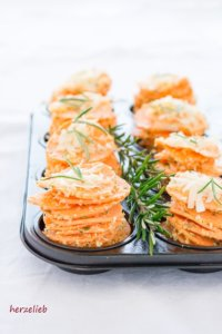 Die Stapel mit den Süßkartoffelscheiben müssen deutlich über den Rand der Form hinausragen.