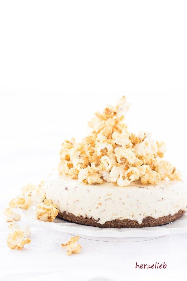 Leckeres Caramel, Popcorn und Mandelsplitter - Rezept für eine Caramel Eistorte von herzelieb