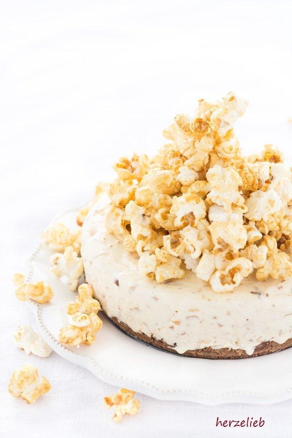 Rezept für eine Caramel Eistorte mit Popcorn und Mandeln von herzelieb.
