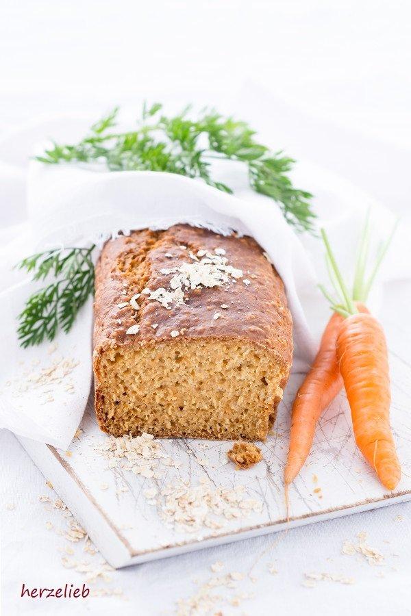 Morotslimpa aus Schweden. Karottenbort auf einem Brett mit Möhren