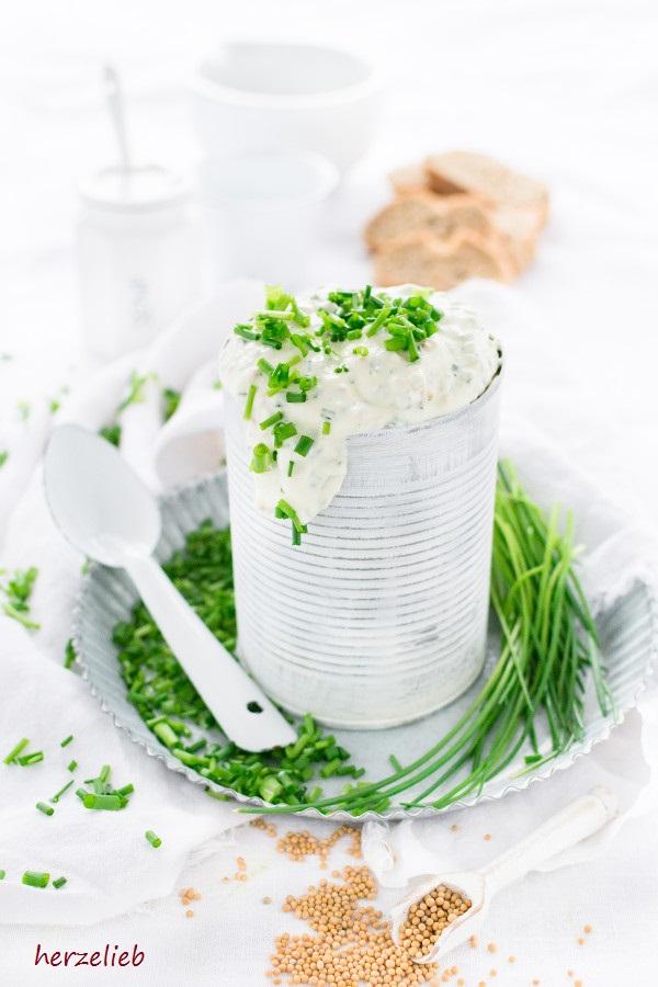 Rezept für einen Schnittlauch-Dip mit Senf. Einfach und leicht!