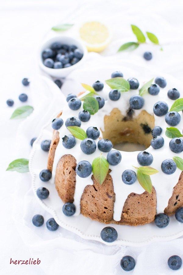 Dieser Blaubeer Gugelhupf ist schön saftig und fruchtig. Das Rezept ist von herzelieb