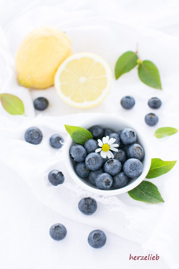 Gugelhupf Rezept von herzelieb. Mit Zitronen-Zuckerguss und frischen Früchten.