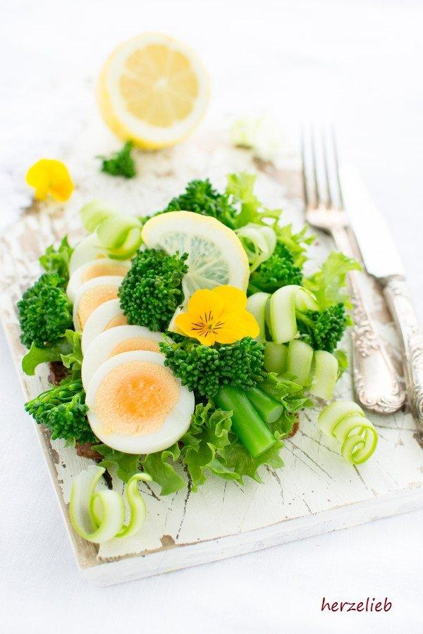 Für bestimmte Smørrebrød gibt es sogar feste Regeln. Hier war ich kreativ mit Broccolini und Ei.