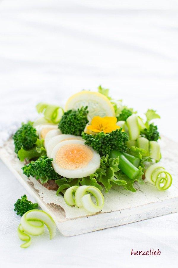Smørrebrød ist viel mehr als ein einfaches Butterbrot und eine Wissenschaft für sich. Bei diesem Rezept habe ich Broccolini verwendet.