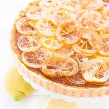 Einfache Zitronentarte, die leicht zu backen ist. Das Rezept ist von herzelieb. Dieser Kuchen passt wunderbar zu einer guten Tasse Kaffee!