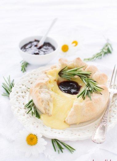 Vorsicht, der Käse kann im Brotteig sehr heiß werden! Flüssiger Käse zu Brot ist einfach göttlich!