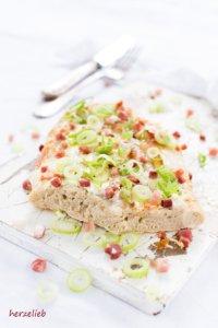 Hefeteig mit Roggen - dieses Ofenbrot ist richtig schön herzhaft. Ähnlich wie die Rahmfladen vom Mittelaltermarkt.