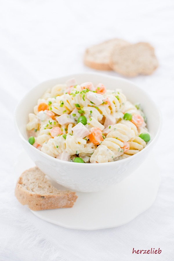 Nudelsalat klassisch mit Mayonnaise, Erbsen und Brot