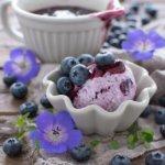 Heidelbeer-Joghurt-Eis mit Mascarpone und Blaubeerkompott - Rezept von herzelieb