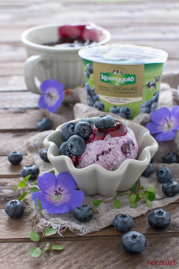Rezept für Heidelbeer-Joghurt-Eis mit Mascarpone und Blaubeer-Grützee