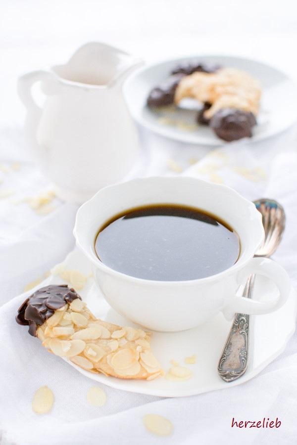 Mandelhörnchen zu einer Tasse handgebrühtem Kaffee - Rezept von herzelieb