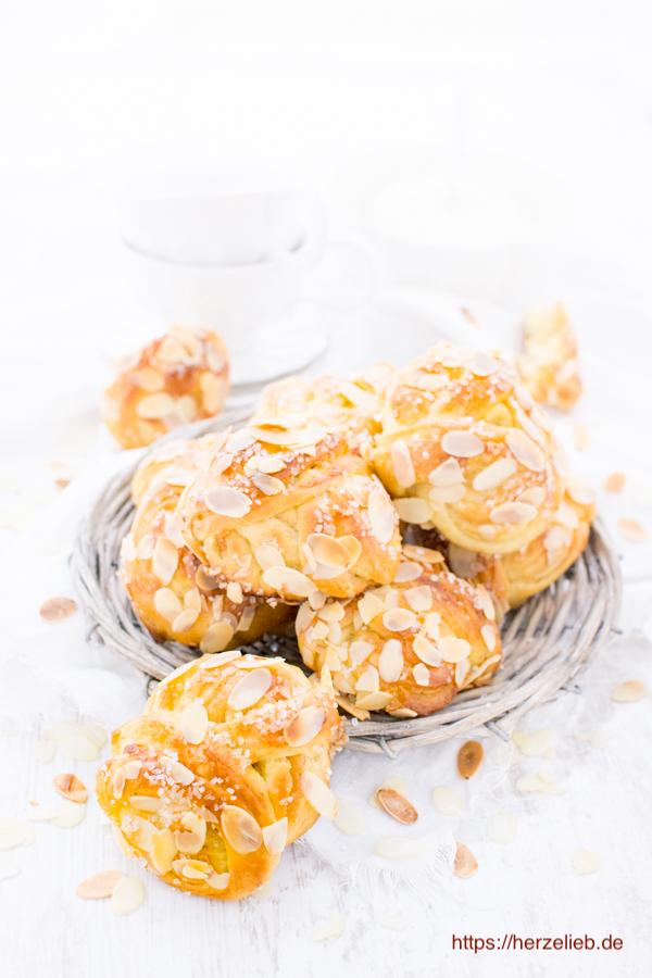 Zum Frühstück sind die Marzipan Knoten wundervoll. Rezept von herzelieb