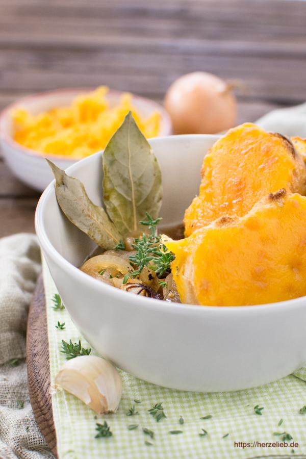 Zwiebelsuppe mit Käse überbacken - Rezept von herzelieb