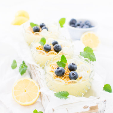Dänische Citronfromage, Zitronencreme mit Blaubeeren und Zitronenmelisse