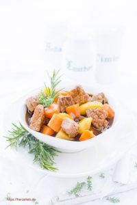 Nordfriesischer Rindfleisch-Eintopf mit Thymian und Rosmarin in einer Schale