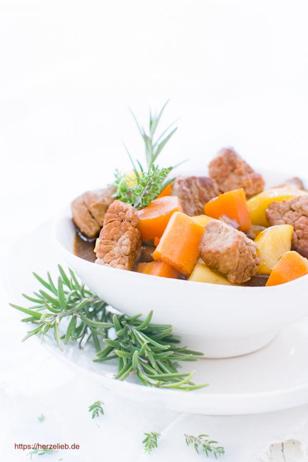 Nordfriesischer Rindfleisch-Eintopf mit Kräutern in einer Schüssel.