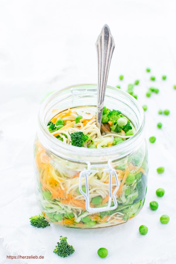 Suppe to go mit Nudeln im Glas