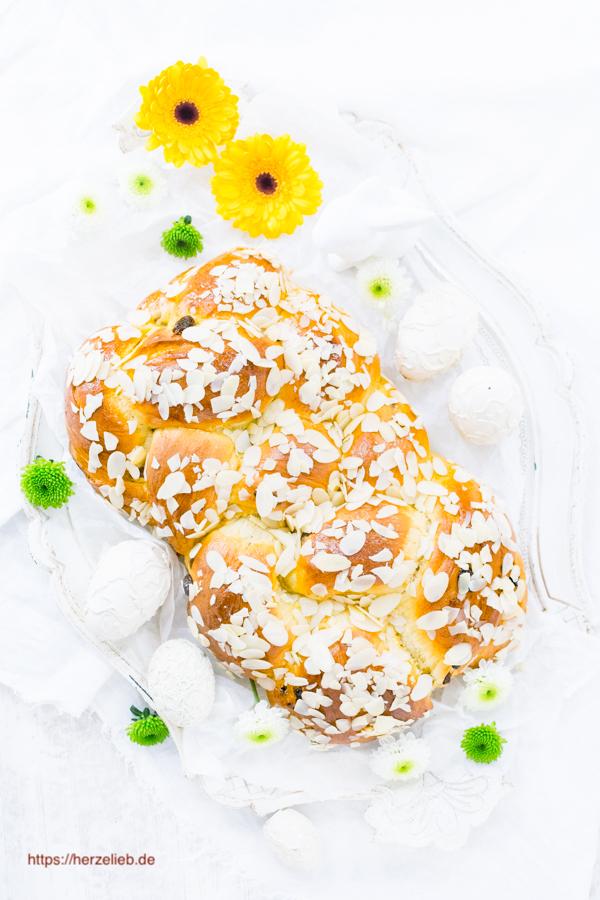 Osterzopf mit Eiern und Blumen