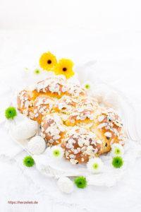 Osterzopf mit Mandeln und Blumen