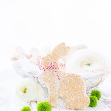 Quark-Öl-Teig-Hasen mit Blumen und Körbchen