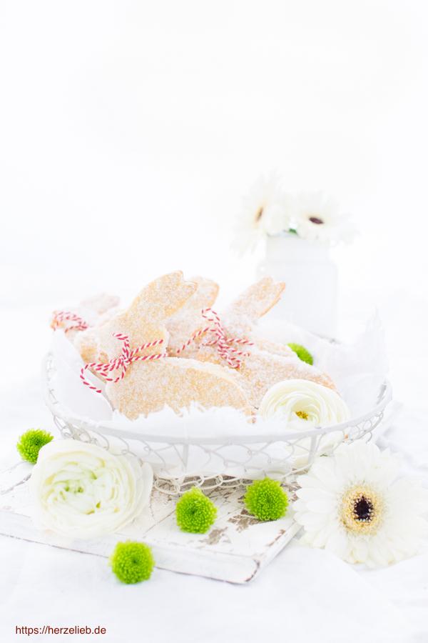 Quark-Öl-Teig Hasen mit roter Schleife im Korb und Blumenvase