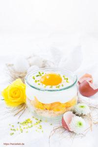Spiegeleier Dessert zu Ostern mit Blumen und Eierschalen.