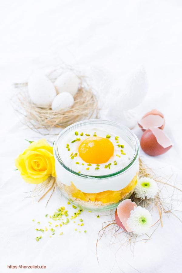 Spiegeleier-Dessert zu Ostern mit Eiern,und Blumen