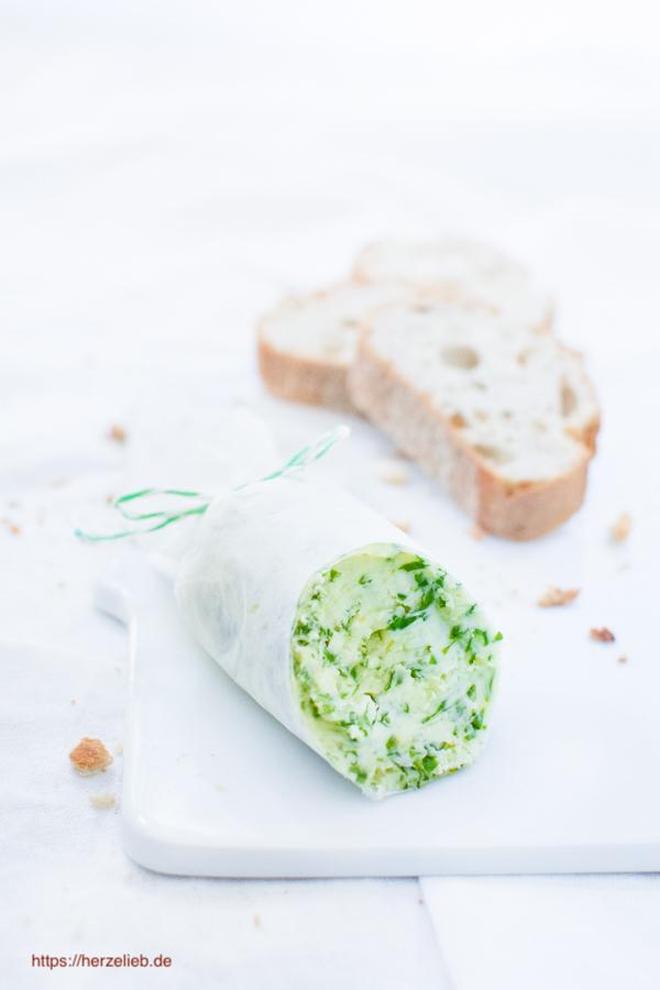 Angeschnittene Bärlauchbutter Rolle mit Brot