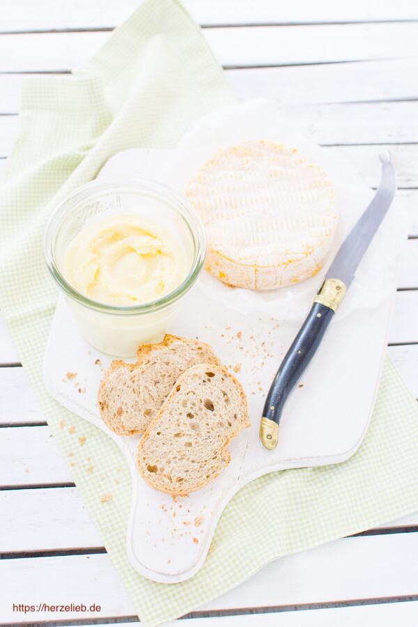 Camembert Creme im Glas mit Brot und Messer
