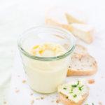 Camembert Creme im Glas mit Brot und Schnittlauch