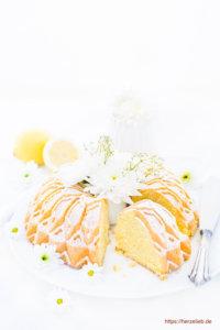 Angeschnittener Grießkuchen mit Blumen
