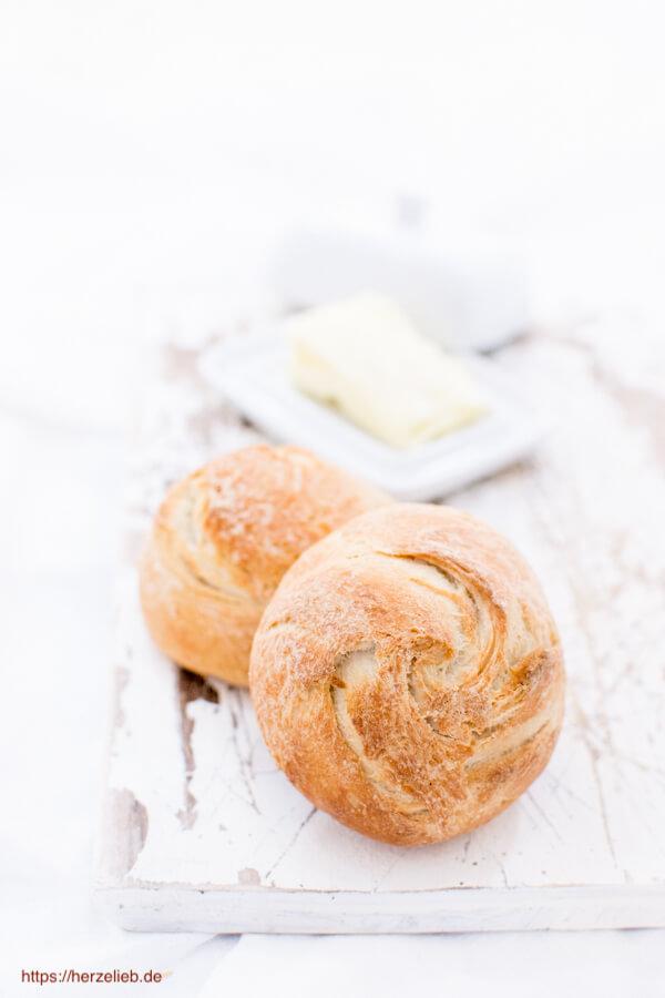 Zwei Kieler Brötchen mit Butterdose