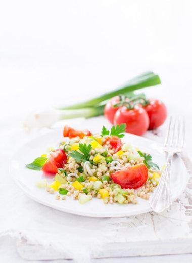 Buchweizen-Salat Rezept mit Gurke, Tomate, Paprika, Minze, Petersilie und Lauchzwiebeln