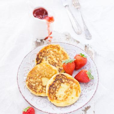 Grießbrei Pfannkuchen mit Erdbeeren und Grütze