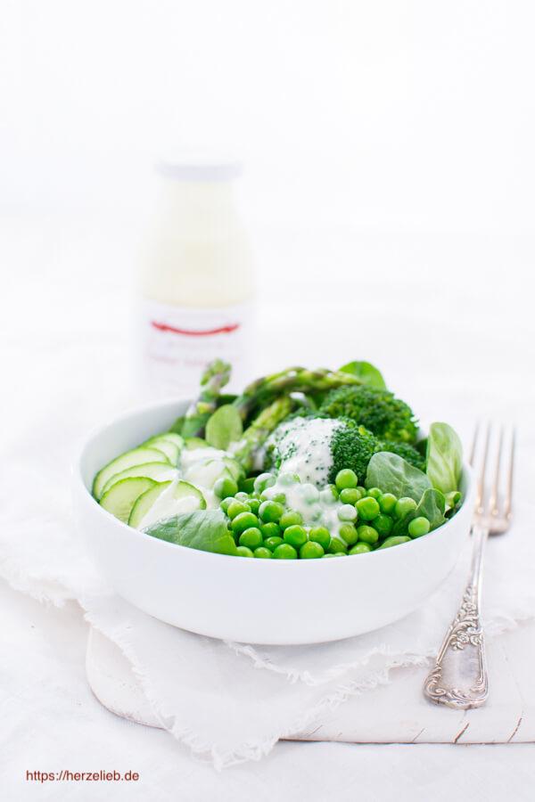 Für jede Art von Salat ist die Sylter Salatsauce ideal. Rezept auf herzelieb