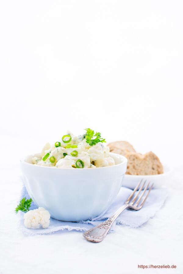 Blumenkohl-Salat Low Carb mit Kräutern, Ei und Brot